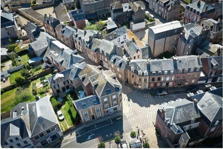 Το κέντρο της πόλης Ετρετά, στη Νορμανδία, κατά την 35η ημέρα απαγόρευσης της κυκλοφορίας, την Δευτέρα του Πάσχα, 2020.