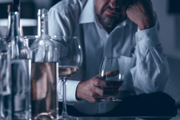 Alcoolismo é um dos efeitos colaterais do aumento no consumo de álcool durante