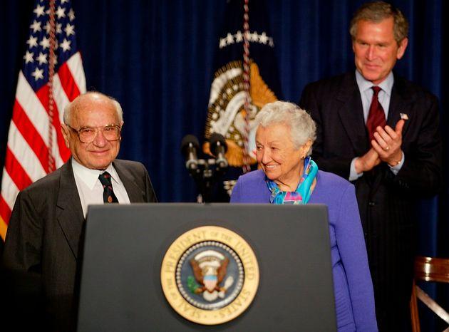 El expresidente de Estados Unidos George W. Bush aplaude a Milton Friedman, en un acto en 2002 por su...