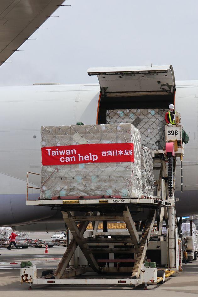 台湾から成田空港に到着したマスクが入った貨物