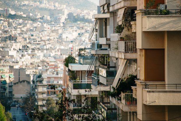 Στην «κατηφόρα» η αγορά ακινήτων: Παγώνουν οι νέες αντικειμενικές, αναστολή