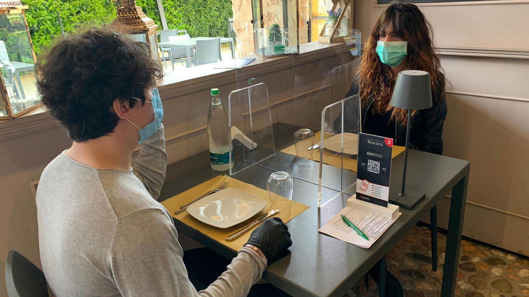 Divisori In Plexiglass Per Esterni tavoli al ristorante con plexiglass