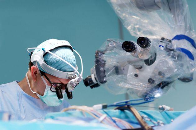 Salva la vita ad un malato di Covid-19 operandolo per 11 ore al