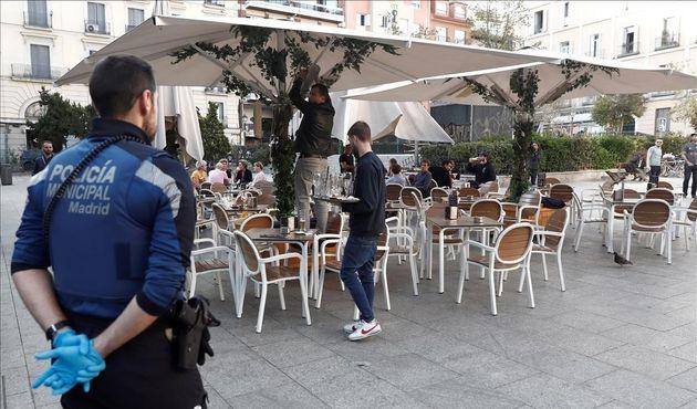 Imagen de archivo de la policía vigilando una terraza en