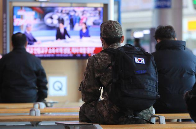 23일 서울역 대합실에서 한 장병이 신종 코로나바이러스감염증(코로나19) 관련 뉴스를 시청하고