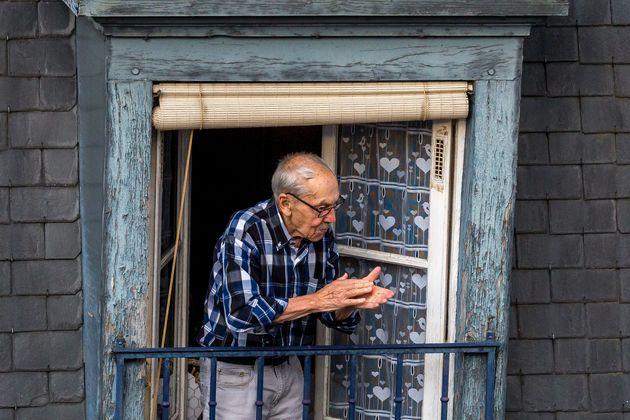 Un homme âgé habitant à proximité de l'hôpital Tenon applaudit pour...