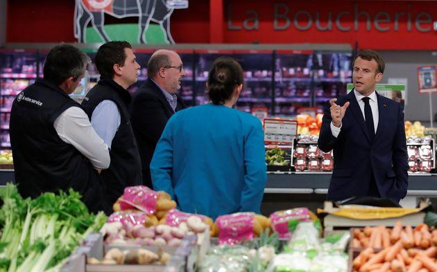 Emmanuel Macron a visité un supermarché à Saint-Pol-de-Léon, dans le Finistère, ce 22