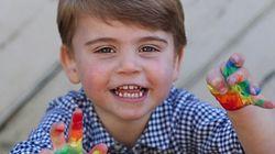 Il principe Louis compie 2 anni. Le foto sono un messaggio per chi lotta contro il