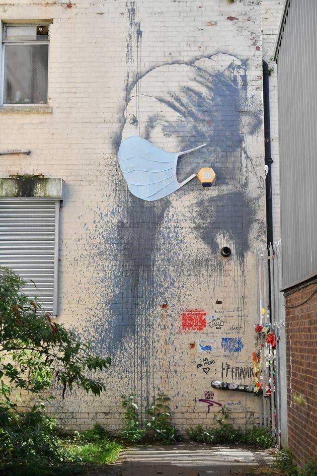 Banksy: Το «Κορίτσι με το τρυπημένο αυτί» φόρεσε χειρουργική