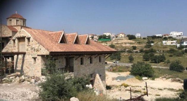 Κύπρος: Πιστοί έχουν «ταμπουρωθεί» σε μοναστήρι και αρνούνται να