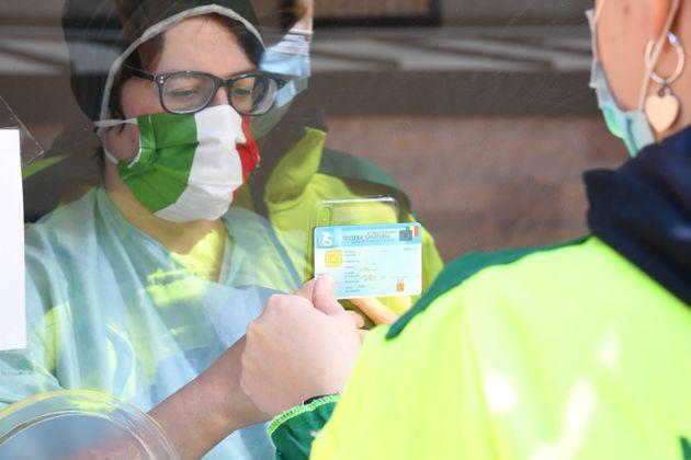 Un poco de 'forza' para Italia: récord de más de 3.000 curados en un