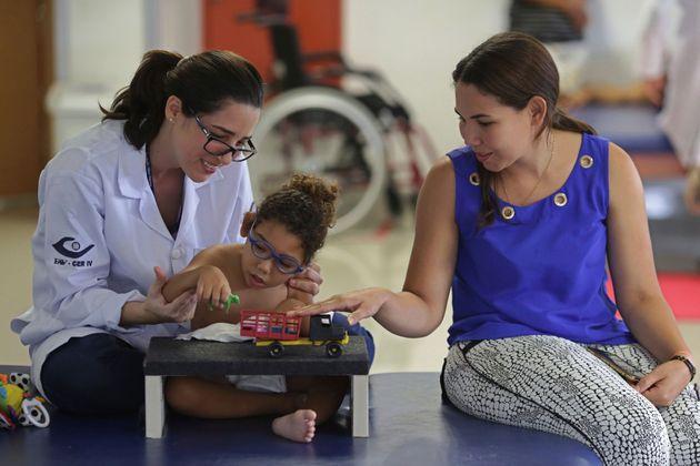 Na estimulação com fisioterapeuta, fonoaudiólogo e terapeuta ocupacional, a criança...
