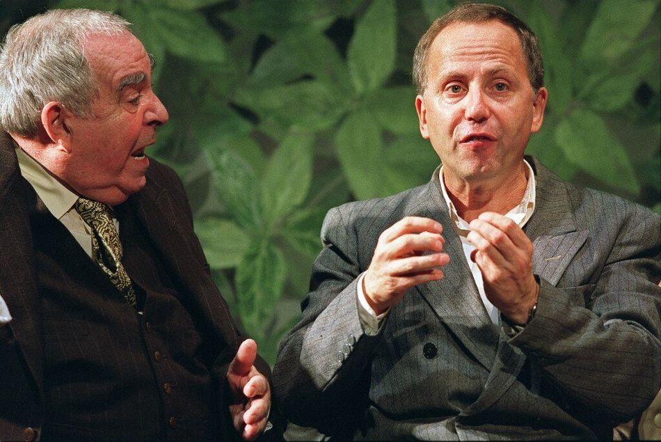 """Le comédien et homme de théâtre Claude Evrard (ici à gauche, aux côtés de Fabrice Luchini) est décédé à l'âge de 86 ans. Il est décédé à Clamart, en région parisienne, des suites du coronavirus. Claude Evrard a été le complice de Philippe Avron, avec qui il a écrit nombre de sketches humoristiques et tourné en tandem (""""Avron et Evrard"""") avec succès dans les années 1970-1975. >>> Lire notre article complet"""