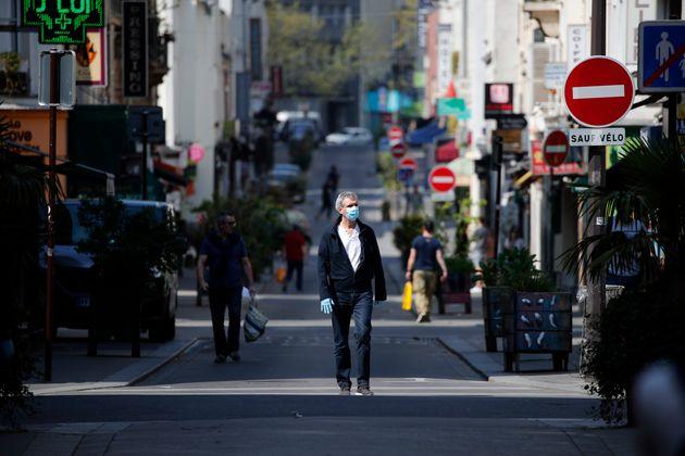 Photo d'illustration d'un homme avec un masque à Paris, le 10 avril