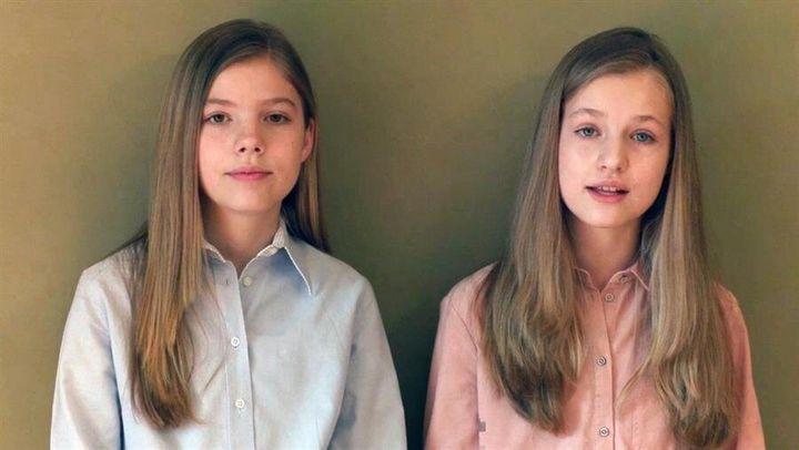 La infanta Sofía y la princesa Leonor, durante el mensaje del 23 de abril de 2020.