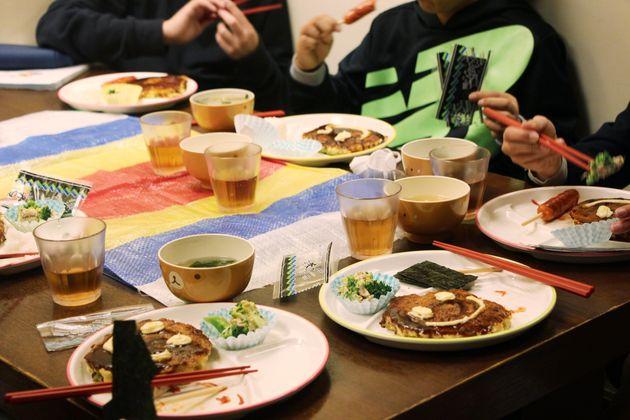 「ときわこども食堂」で夕飯を食べる小学生たち=2月27日、大阪市阿倍野区