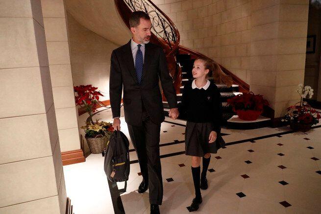 Felipe VI y la princesa Leonor en el hall del Pabellón del Príncipe.