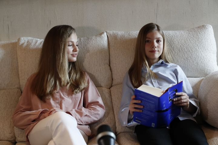 La princesa Leonor y la infanta Sofía, durante la lectura de 'El Quijote' el 23 de abril de 2020.