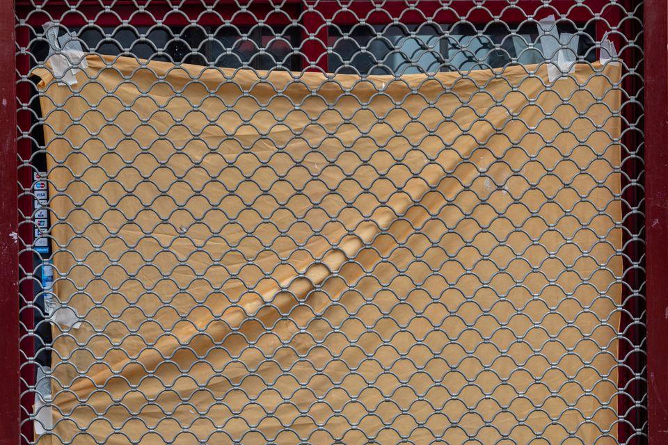 Τα κατεβασμένα ρολά της Μαδρίτης: Φωτογραφικό αφιέρωμα στους έρημους εμπορικούς δρόμους της