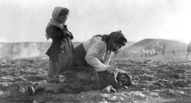 Γενοκτονία των Αρμενίων. Μητέρα δίπλα στο νεκρό παιδί της. - Αλέπι