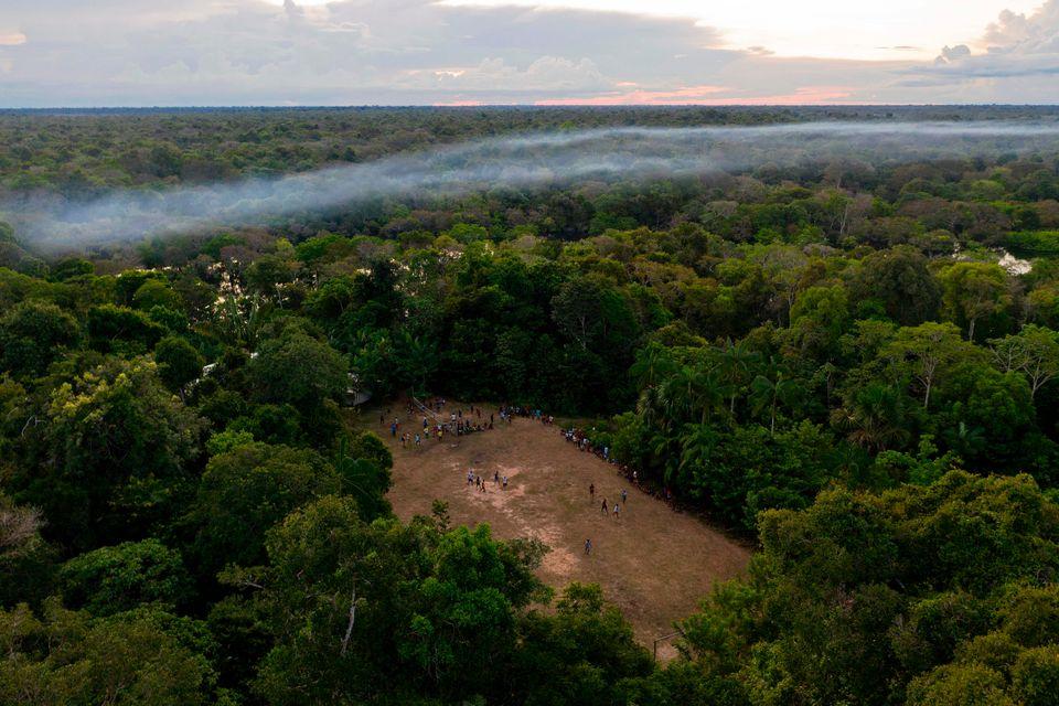 Vue aérienne d'un match de football dans la communauté Bauana, à Carauari, au coeur de la forêt amazonienne le 15 mars 2020.