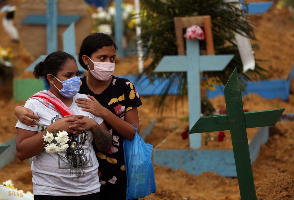 Lors d'un enterrement de victimes du Covid-19 au cimetière Parque Taruma à Manaus...