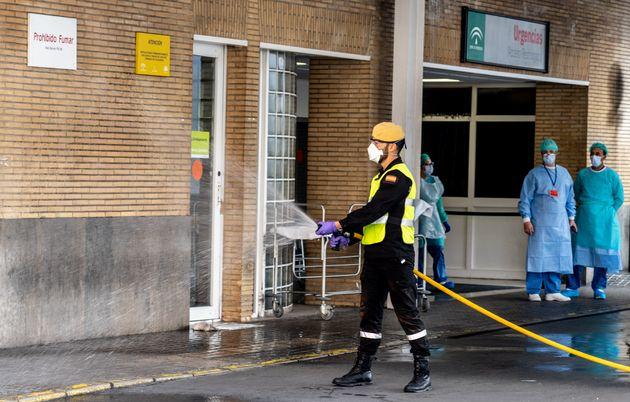 Un miembro de la Unidad Militar de Emergencias (UME) desinfecta en el hospital Quirón Salud Sagrado...