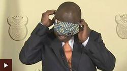 Βίντεο: O πρόεδρος της Νότιας Αφρικής παλεύει να φορέσει μάσκα στο πρόσωπό