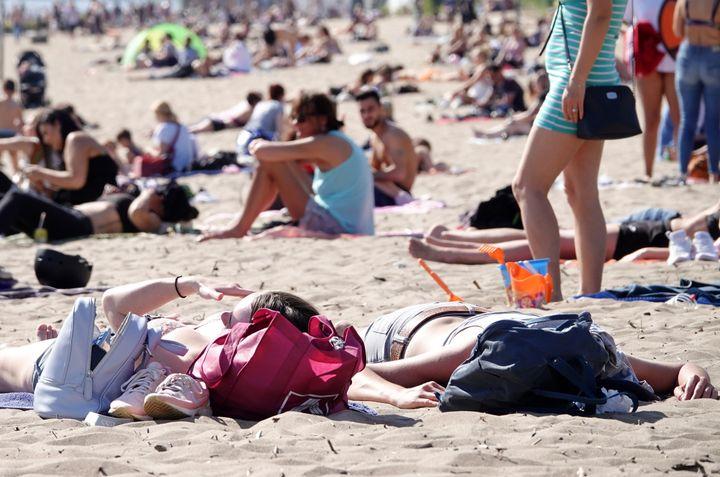 23 Aπριλίου 2020. Ακόμα και την περίοδο των απαγορεύσεων, πολλοί Γερμανοί βγαίνουν στις παραλίες, ανυπομονώντας για το καλοκαίρι. Οι αποστάσεις στην παραλία θα είναι ένα από τα ζητήματα που αναμένεται να απασχολήσουν γενικώς το προσεχές διάστημα. Photo: Bodo Marks/dpa (Photo by Bodo Marks/picture alliance via Getty Images)