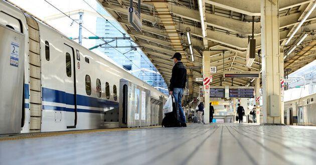新型コロナウイルスの影響で、乗客が激減したJR東京駅の新幹線ホーム=2020年4月25日午前8時20分、内田光撮影