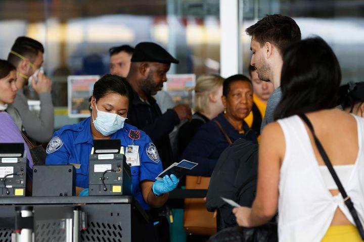Pour voyager, pour reprendre le travail ou tout simplement sortir de chez soi...Les dirigeants de certains pays envisagent de distribuer des «passeports d'immunité» aux personnes guéries de la COVID-19.