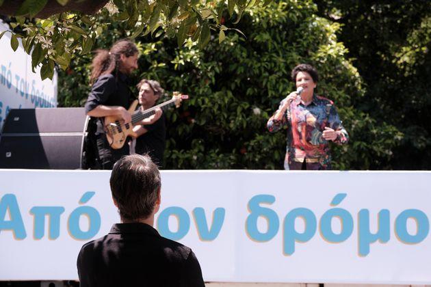 Η Άλκηστις Πρωτοψάλτη γυρίζει την Αθήνα και τραγουδά πάνω σε ένα