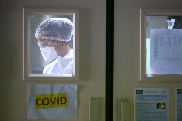 Une infirmière travaillant dans la zone Covid-19 de l'hôpital Eugénie d'Ajaccio,...