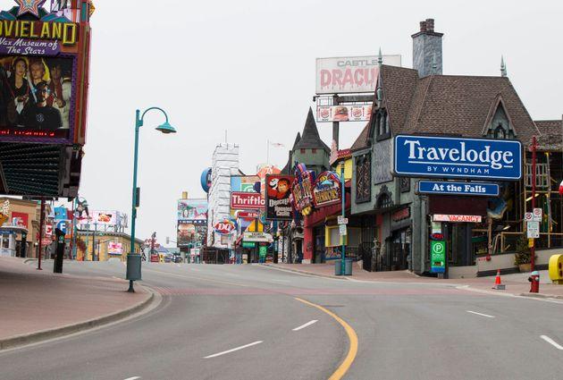 ナイアガラフォールズ市内にある繁華街「クリフトンヒル」。土産物屋やアトラクション、レストランなどがあるが店が閉まり、現在は閑散としている。(4月15日撮影)