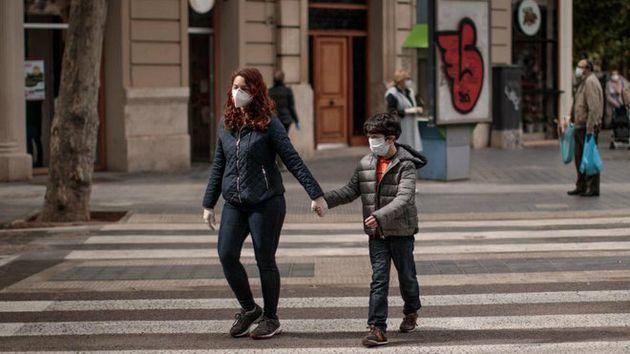 Niños cruzando la