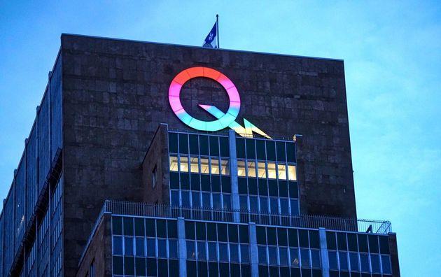 Le logo d'Hydro-Québec est illuminé de couleurs arc-en-ciel lors de la pandémie de COVID-19 à Montréal,...
