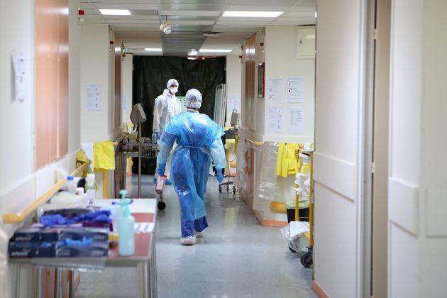 Des infirmières dans la zone Covid-19 de l'hôpital Eugénie d'Ajaccio, le 23 avril