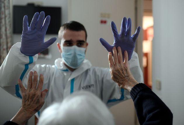 Un fisioterapeuta trabaja con una mujer tras recuperarse esta de una infección por coronavirus,...