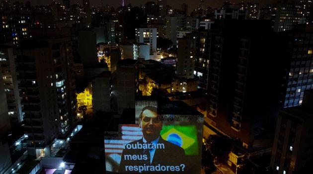 브라질 시민들은 정부의 코로나19 대응을 비판하며 자택 창문 밖에서 냄비 등을 두드리며 시끄러운 소리를 내는 시위를 벌이고 있다. 사진은 자이르 보우소나루 대통령을 비판하는 문구가...