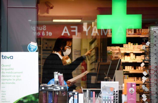 Devant une pharmacie à Paris, le 21 mars