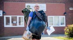 歩いて給食を配る先生がいる。でも、生徒に渡すのはそれだけではない。【新型コロナ】