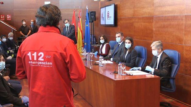 Los reyes, en la sede del 112 en la Comunidad de Madrid el 27 de abril de