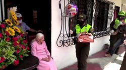 La policía colombiana celebra los 100 años de una anciana