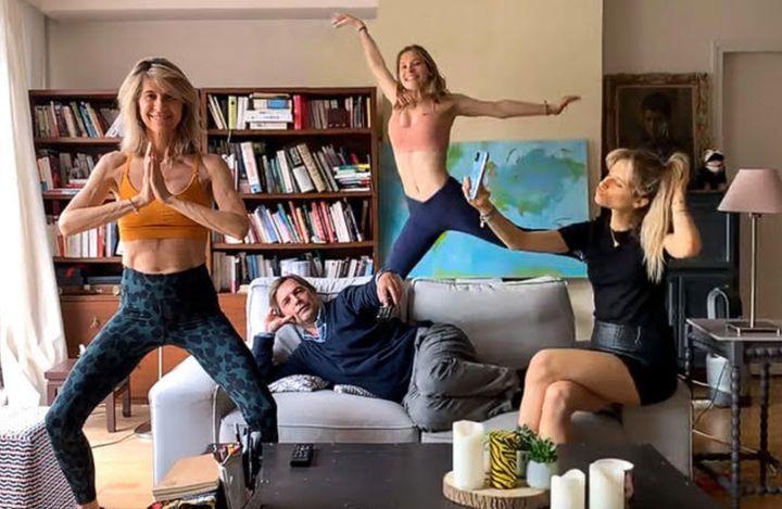 Yoga, danse, selfie... chacun vaque à ses occupations.