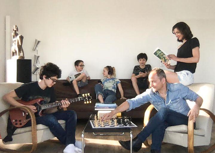 Guitare, lecture, musique, cette famille artistique est bien représentée.