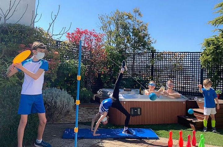 Dans son jardin, cette famille fait le choix de s'occuper avec des activités physiques.