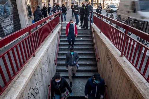 Entrada de la estación de metro San Giovanni de Roma, durante un ensayo de tres horas realizado el viernes...