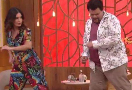 Babu Santana encina sua famosa dancinha à apresentadora Fátima