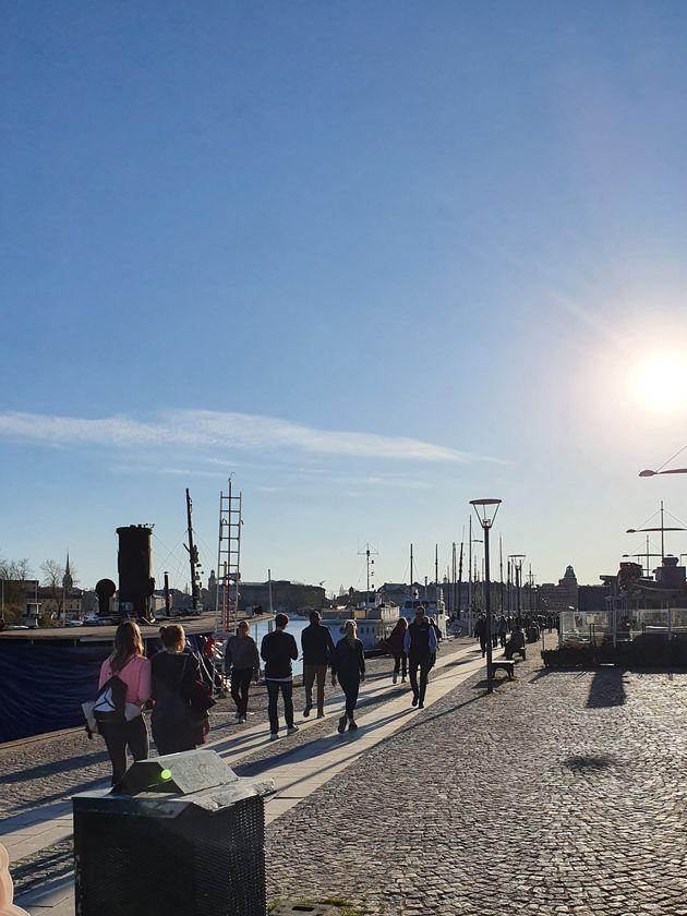4月21日のストックホルム中心部の様子。多くの人が出歩いている
