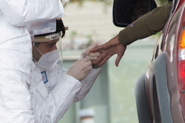 Au moins 3 millions de cas de coronavirus dans le monde (Photo d'illustration d'un dépistage en...